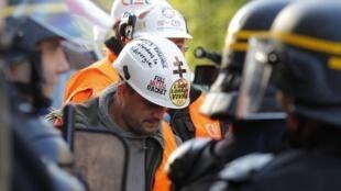 Des dizaines de salariés d'ArcelorMittal se sont réunis à Metz, mardi 2 octobre 2012.