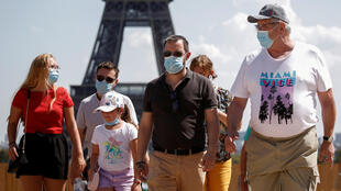 2020-08-10 france paris covid-19 coronavirus tourism tourists face masks eiffel tower