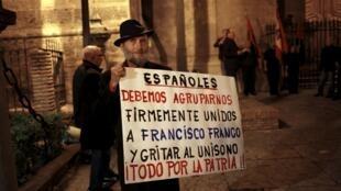 Partidarios de Franco reunidos en Málaga este 19 de noviembre, en la víspera del 40 aniversario de su muerte.