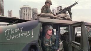 Soldados estadounidenses defienden una posición afuera de la embajada del Vaticano en Ciudad de Panamá, el 25 de diciembre de 1989, durante la cruenta invasión militar lanzada por Washington para sacar del poder al exdictador Manuel Antonio Noriega