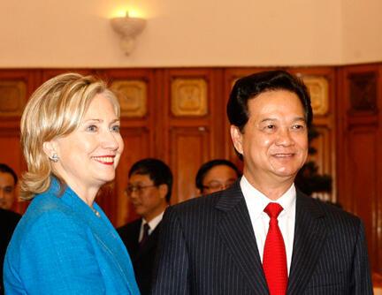 La secrétaire d'Etat américaine Hillary Clinton (G) pose avec le Premier ministre vietnamien Nguyen Tan Dung (D) à Hanoï, le 22 juillet 2010.