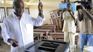 Jean Eyeghe Ndong a voté pour les législatives dans la capitale gabonaise, Libreville, le 6 juin 2010.