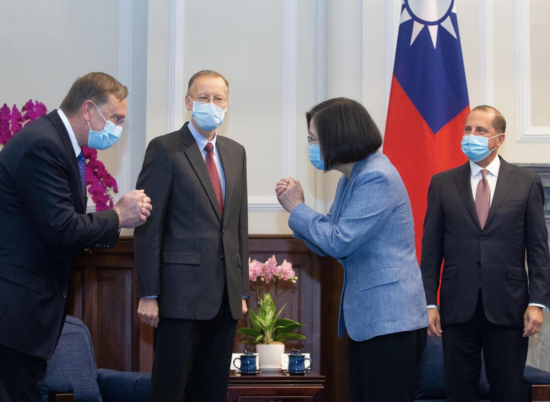 La présidente taïwanaise Tsai Ing-wen reçoit le secrétaire américain à la Santé Alex Azar à Taipei, le 10 août 2020.