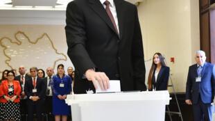 Ilham Aliev, dans le bureau de vote, lors de l'élection présidentielle, à Bakou, le 11 avril 2018.