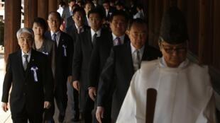 Le groupe de parlementaires au sanctuaire de Yasukuni ce mardi 22 avril.