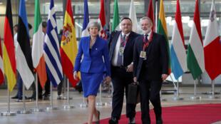 ترزا می، نخست وزیر و تام بارو نماینده بریتانیا در اتحادیه اروپا , in Brussels, Belgium April 10, 2019.