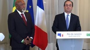 Presidente François Hollande discursa durante cerimônia no Rio de Janeiro ao lado de Paulo César Caju.