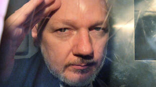 En esta foto de archivo tomada el 1 de mayo 2019 el fundador de WikiLeaks Julian Assange mira desde la ventana de una furgoneta de la prisión afuera de la corte Southwark Crown en Londres.