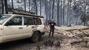 Jack Egan, al lado de lo que queda de su casa tras el paso de las llamas.