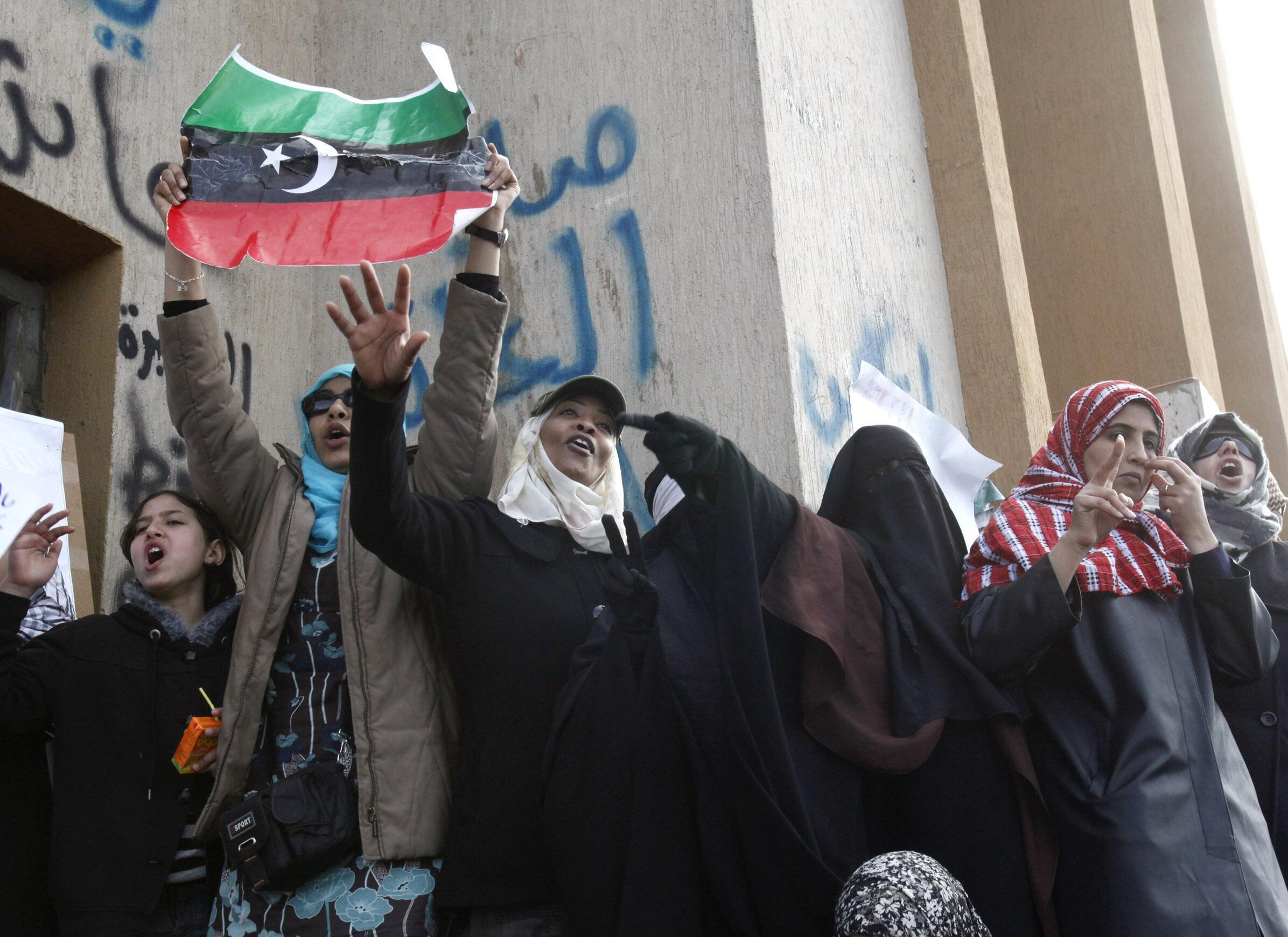 Manifestantes celebram a vitória contra o regime em Benghazi, no leste da Líbia a  23 de Fevereiro de  2011.