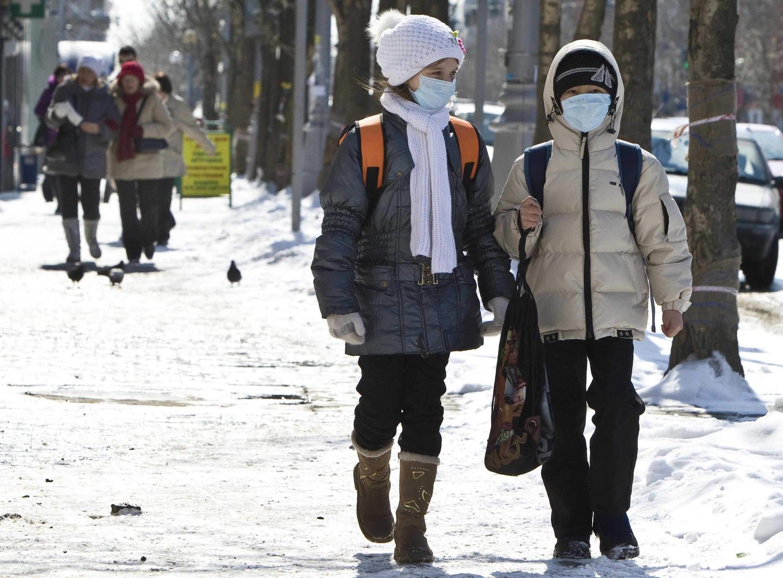 Дети в масках на улицах Южно-Сахалинска, март 2011 г.