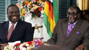 Le président du Zimbabwe Robert Mugabe et son Premier ministre Morgan Tsvangirai à Harare, le 17 janvier 2013, après être parvenus ensemble à un accord sur une nouvelle Constitution.