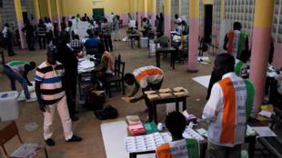 Opération de bureau de vote à Abidjan, Côte d'Ivoire, le 30 octobre 2016.