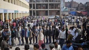 Cử tri sắp hàng chờ đến phiên bỏ phiếu tại New Delhi nhân cuộc bầu cử Nghị viện địa phương ngày 07/02/2015.