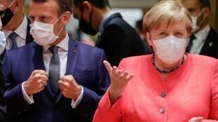 آنگلا مرکل، صدراعظم آلمان، و امانوئل مکرون، رئیس جمهوری فرانسه، در اجلاس سران اتحادیۀ اروپا در بروکسل ـ ١٧ ژوئیه ٢٠٢٠