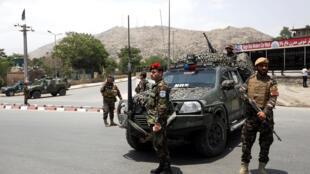 Un policier afghan surveille le site où l'EI a perpétré un attentat contre une conférence religieuse, à Kaboul le 4 juin 2018.