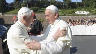 Papa Francisco (à dir.) abraça o papa emérito Bento 16 durante cerimônia no Vaticano na manhã desta sexta-feira, 5 de julho de 2013.
