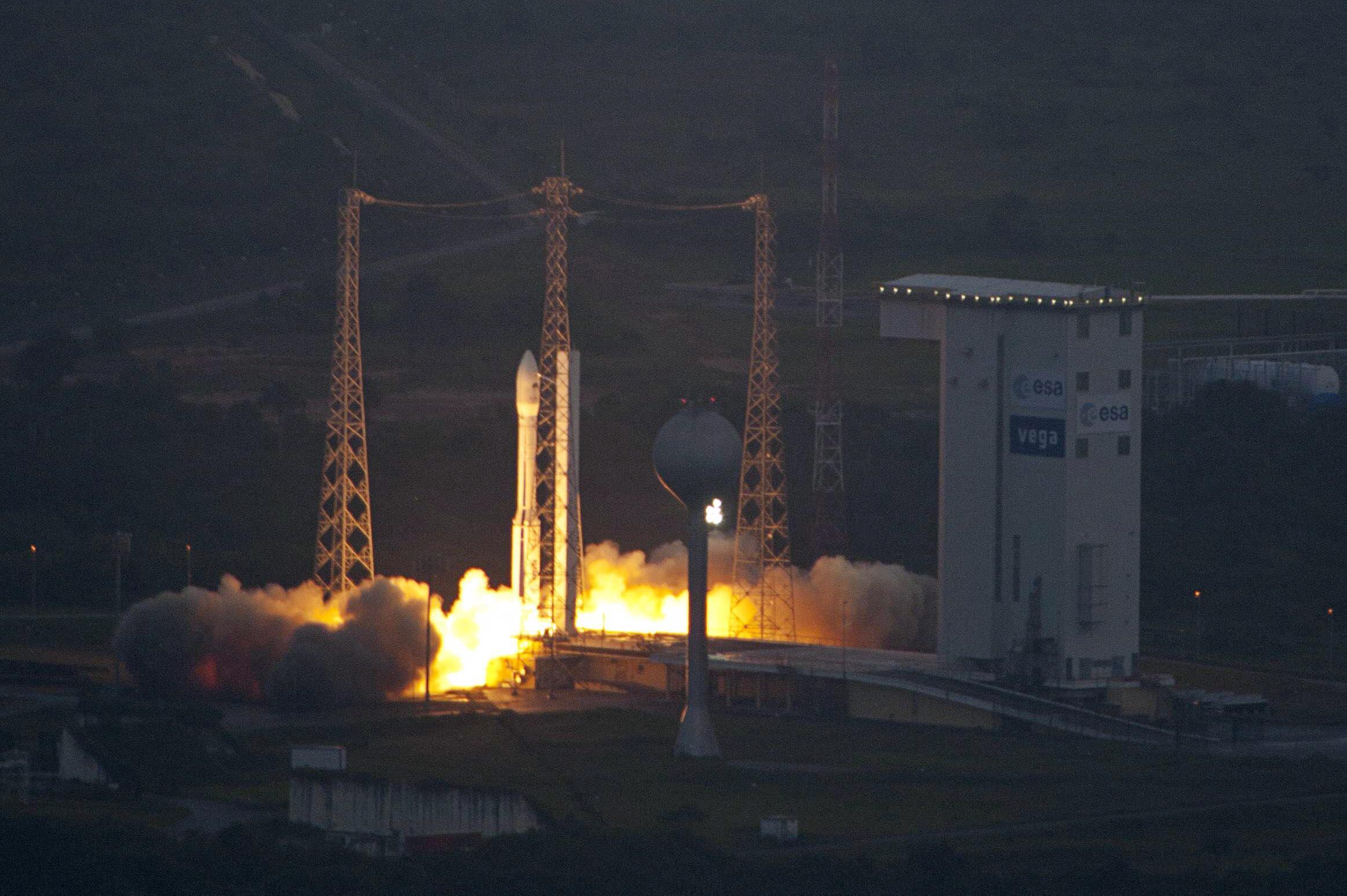 O foguete Vega é lançado da Guiana Francesa nesta segunda-feira.