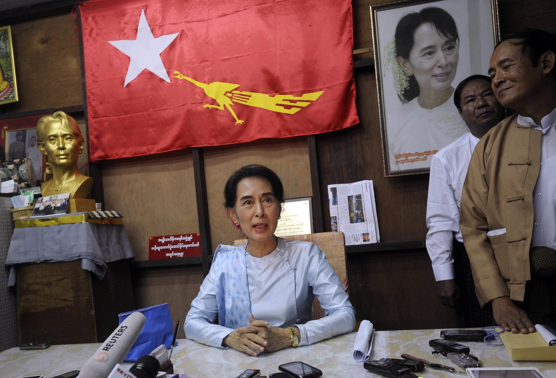 Lãnh tụ đối lập Miến Aung San Suu Kyi trong cuộc họp báo tại lễ kỷ niệm 25 năm ngày thành lập Liên đoàn Quốc gia vì Dân chủ. Ảnh chụp tại Rangoon ngày 27/09/2013.