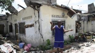 Maisons détruites par l'incendie qui a suivi l'explosion d'un dépôt d'armes à Mpila, spectacle d'apocalypse dans la capitale congolaise, le 4 mars 2012.