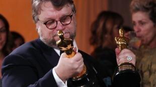 """Guillermo del Toro com os dois óscares obtidos para """"A forma da água», em Hollywood,a 4 de Março de 2018."""