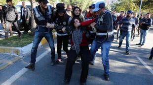 Cảnh sát bắt giữ Sebahat Tuncel, đồng chủ tịch đảng Khu Vực Dân Chủ (DBP) thân đảng PKK, trong một cuộc biểu tình chống lại việc bắt giữ của các nhà lập pháp của người Kurdistan, ở miền đông nam thành phố Diyarbakir, ngày 04/11/2016.