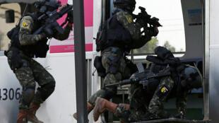 Soldados do exército brasileiro realizam exercício durante simulação de ataque terrorista numa estação de trem carioca neste sábado, 16 de julho de 2016.