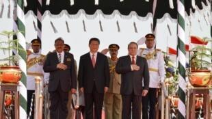 Os Presidentes Mamnoon Hussain, do Paquistão, e Xi Jinping da China, acompanhados do  Primeiro-ministro paquistanês, Nawaz Sharif em Islamabade, a  20 de Abril de  2015.