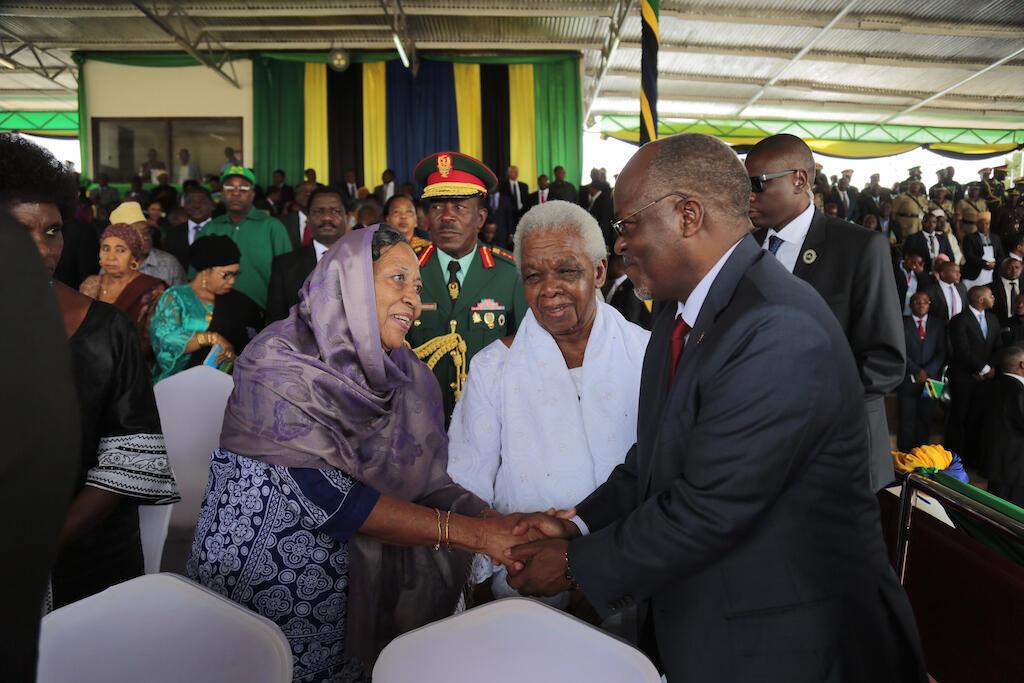 Rais wa Tanzania John Pombe Magufuli akisalimiana na mke wa rais wa kwanza wa Zanzibar Bi Fatuma Karume wakati wa sherehe za miaka 53 ya muungano. April 26, 2017