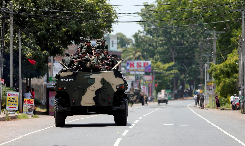 Des soldats sri-lankais patrouillent dans une rue de Hettipola après l'attaque d'une mosquée du village voisin de Kottampitiya, le 14 mai 2019.