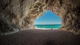 2020-09-04 italy sardinia beach cala luna sand cave