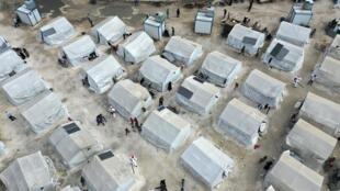 Санитарная обработка в лагере беженцев в Идлибе, Сирия, 9 апреля 2020.