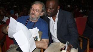 Michel Le Bris (à gauche) et Alain Mabanckou lors de la cérémonie d'ouverture du festival Etonnants voyageurs à Brazzaville, le 14 février 2013.