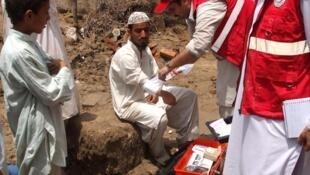Les humanitaires du Coissant-Rouge portent secours aux survivants des inondations dans la province de Khyber Paktunkhwa au nord du Pakistan.