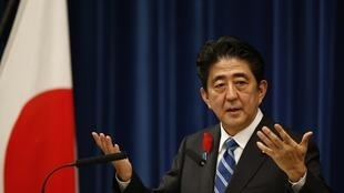"""Premiê Sheiko Abe implanta um plano econômico apelidado de """"Abenomics""""."""