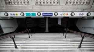 Une station de métro fermée lors d'une grève à Paris.