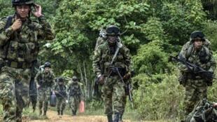 Los soldados que solían combatir a los guerrilleros de las FARC, hoy custodian a sus ex enemigos en los espacios territoriales de reincorporación.
