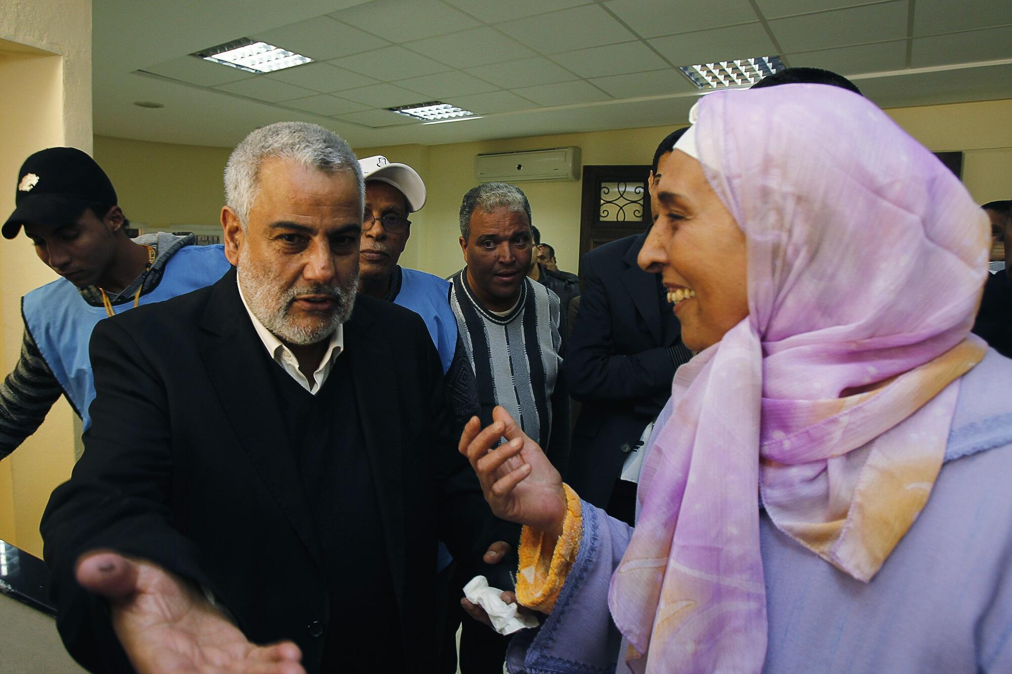 Tổng thư ký Đảng Công Lý và Phát triển PJD Abdelillah Benkirane (trái) tại phòng phiếu ở Rabat, 26/11/2011