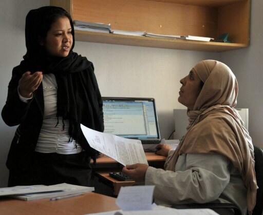Une cardiologue afghane s'adresse à une employée de l'hôpital pédiatrique français à Kaboul, le 13 mai 2012.