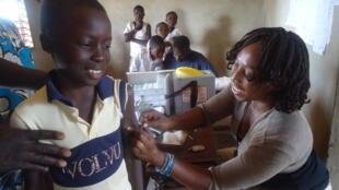 O menino Mikaël foi a primeira pessoa a receber a vacina sem refrigeração na África. Quando crescer, ele quer ser médico.