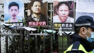 Fotos de pessoas desaparecidas, presas pela polícia chinesa, expostas em Hong Kong