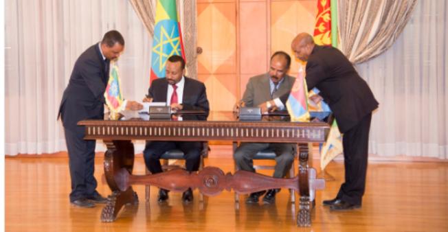 Waziri Mkuu wa Ethiopia Abiy Ahmed na Waziri Mkuu wa Eritrea Isaias Afwerki wakitia saini kwenye mkataba wa kusitisha miaka 20 ya vita Julai 9, 2018.