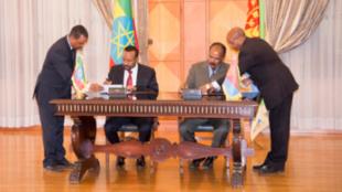 Waziri mkuu wa Ethiopian Abiy Ahmed akiwa na mwenzake wa Eritrea Isaias Afwerki