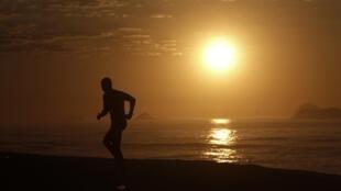 Homem corre em calçadão da Barra da Tijuca, zona oeste do Rio de Janeiro.