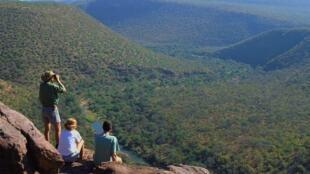 Des touristes observent le massif du Waterberg, dans la province du Limpopo, en Afrique du Sud.