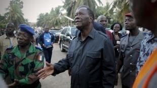 O presidente da Costa do Marfim, Alassane Ouattara, visita o balneário Grand Bassam, alvo de um ataque terrorista neste domingo, 13 de março de 2016.