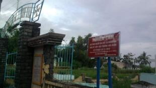Nghĩa địa giáo xứ Cồn Dầu và bảng nghiêm cấm an táng người chết.
