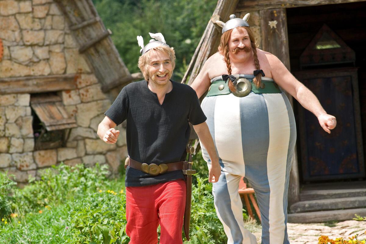 """Gérard Depardieu (à direita) no papel de Obélix, no último filme da série (""""Astérix et Obélix: au service de Sa Majesté""""), em que contracena com Edouard Baer (à esquerda)."""