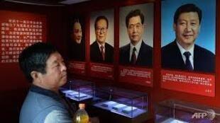 Ảnh các thế hệ lãnh đạo Trung Quốc tại một bảo tàng Thiên An Môn. Bên phải là ông Tập Cận Bình, trong cùng bên trái là ông Đặng Tiểu Bình.