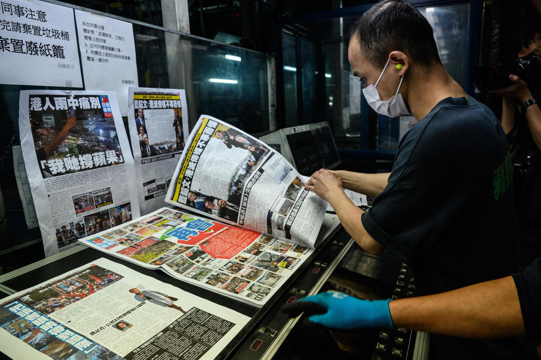 Empleados de Apple Daily trabajan en la última edición del periódico, la mañana del 24 de junio de 2021 en Hong Kong